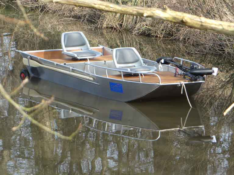 Lightweight aluminum fishing boat